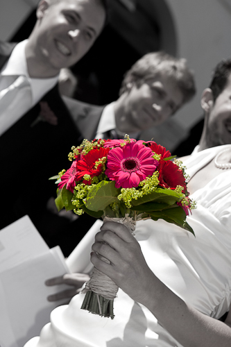 Bouquet des mariés sur fond noir et blanc