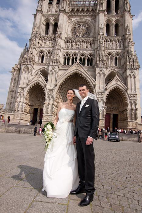 Mariés devant la cathédrale d'Amiens photographiés par Emmanuel Daix
